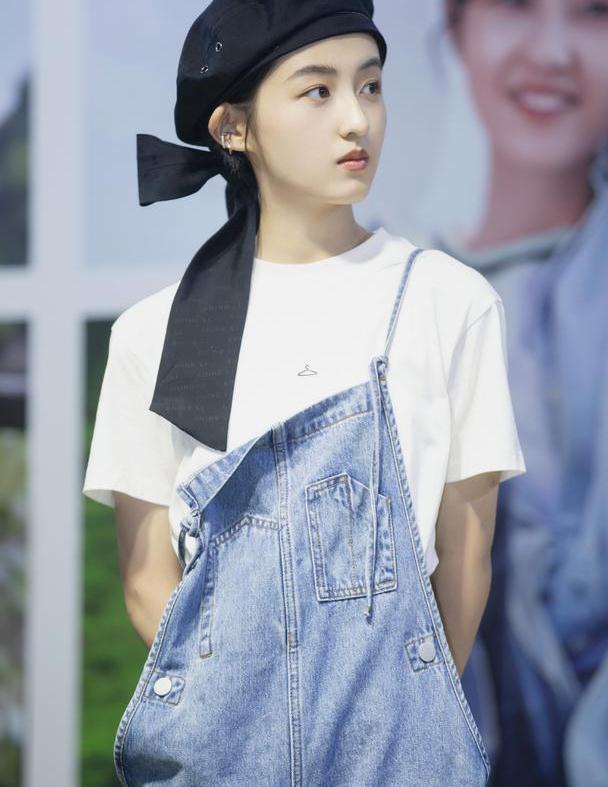 张子枫背带裤配贝雷帽,真的美得跟小公主似的