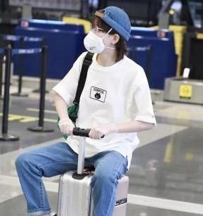 焦俊艳难得营业,一身休闲装骑行李箱现身机场,任性极了!