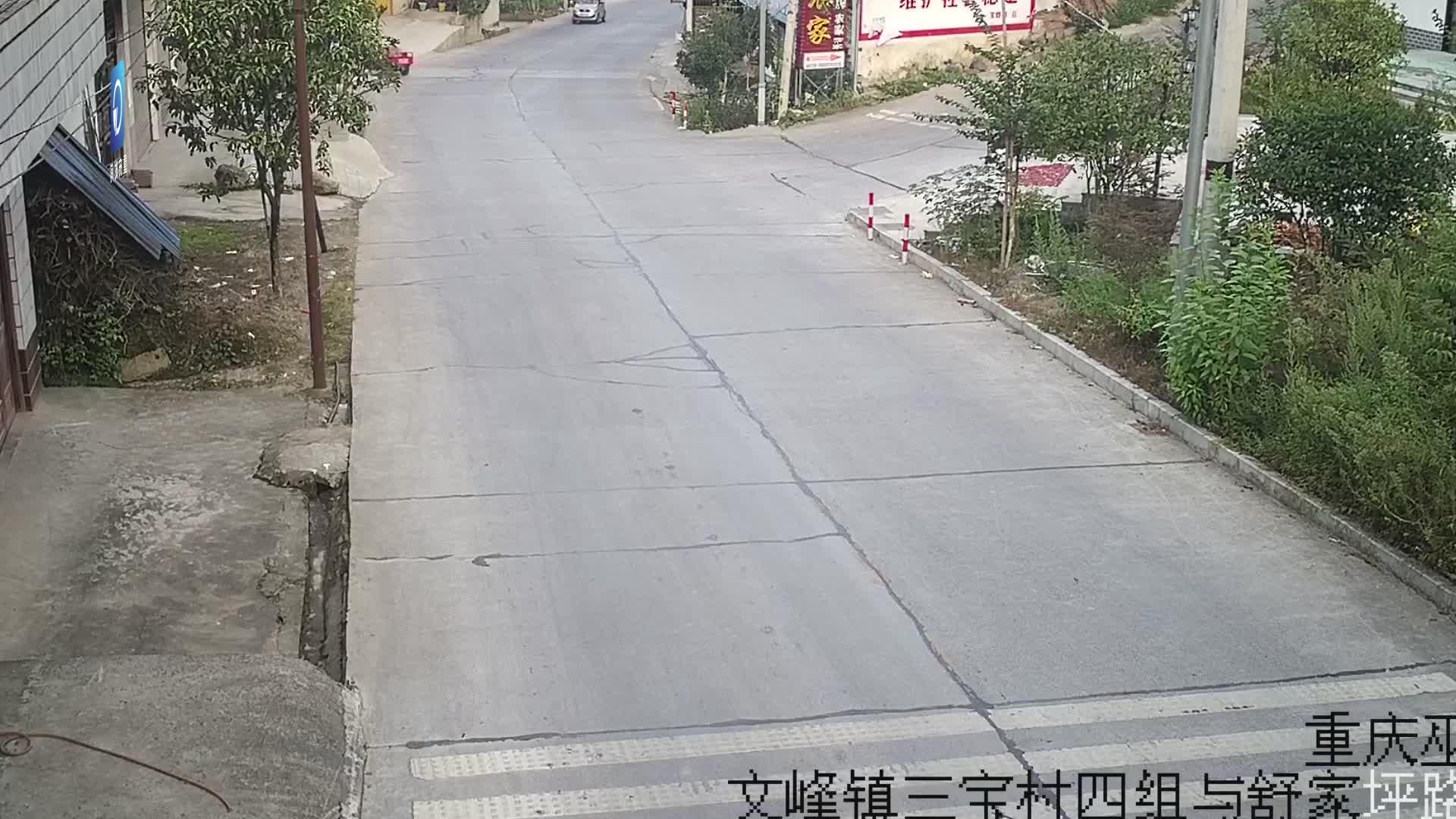 路口超车酿事故 电动车遭电动四轮车撞倒在地