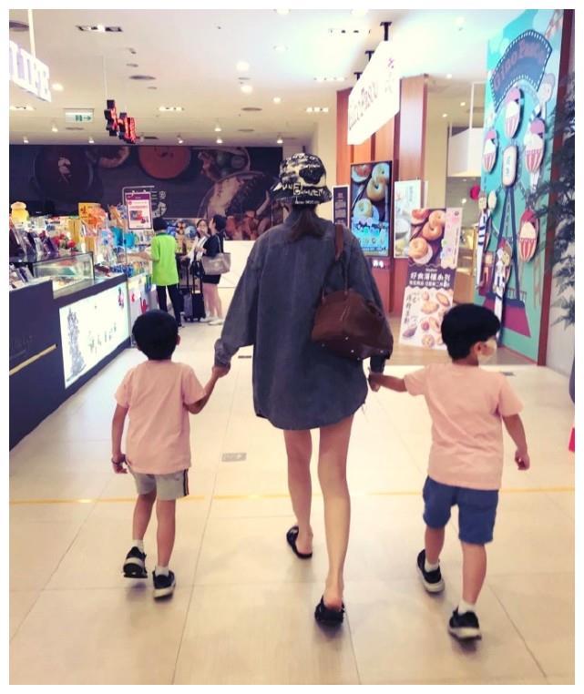 陈若仪带双胞胎逛超市,身材超棒被赞腿精,儿子贴心帮妈妈提东西