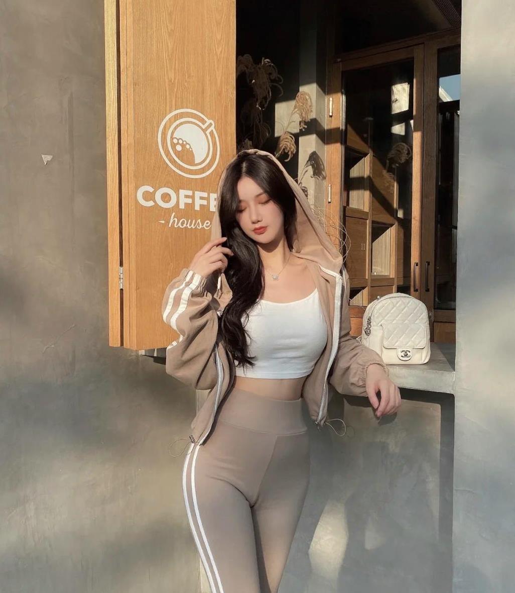 纯白色吊带搭配浅灰色打底裤,运动范十足,时髦又好看