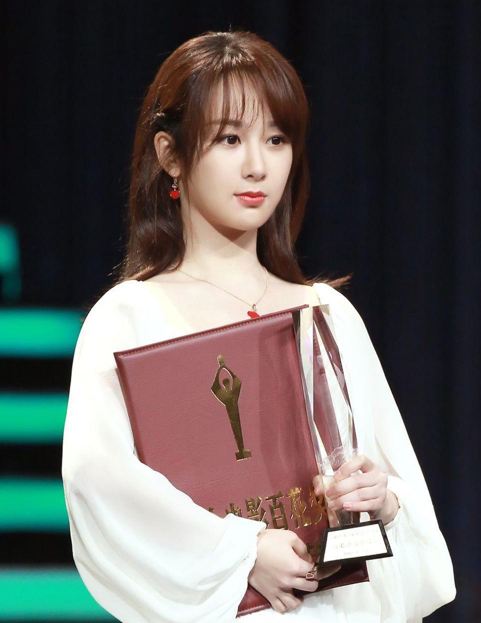 """杨紫演技得到认可获""""最佳女配""""提名,穿白裙配空气刘海甜美可人"""