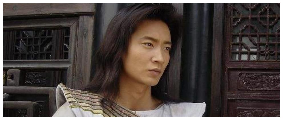 他曾饰演深情童战,曾和陈法蓉因戏生情,退圈后现状这样