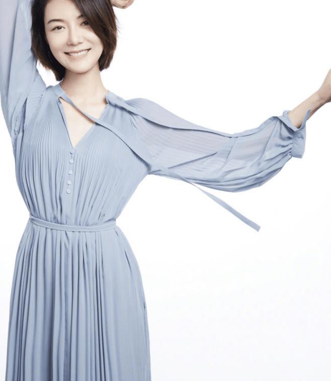 """车晓的穿搭被誉为""""职场教科书"""",穿蓝色纱裙知性优雅,有高级感"""