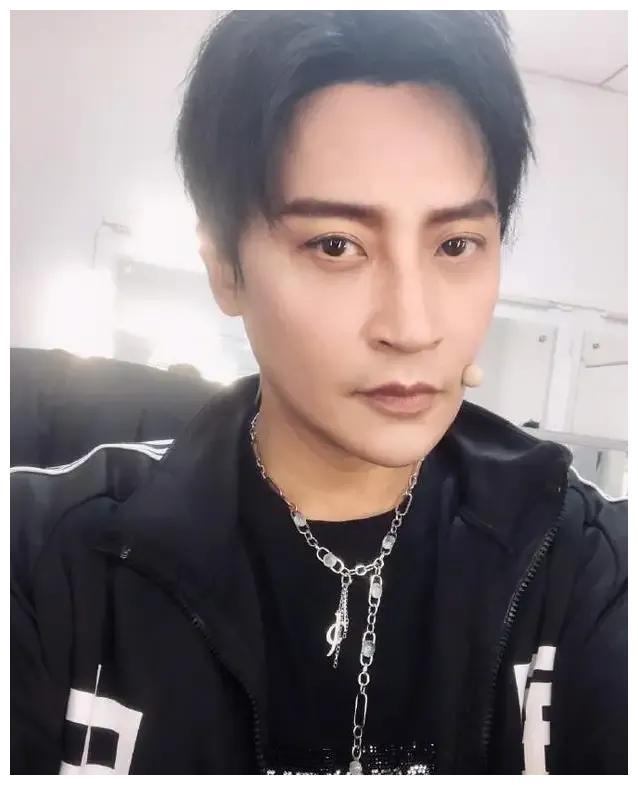 陈志朋瘦身成功,晒照秀出A4腰,褪去中年油腻,秒变魅力熟男