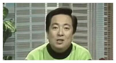 央视主持人董浩,因误食2次被下病危通知书,今农村破屋前吃面条