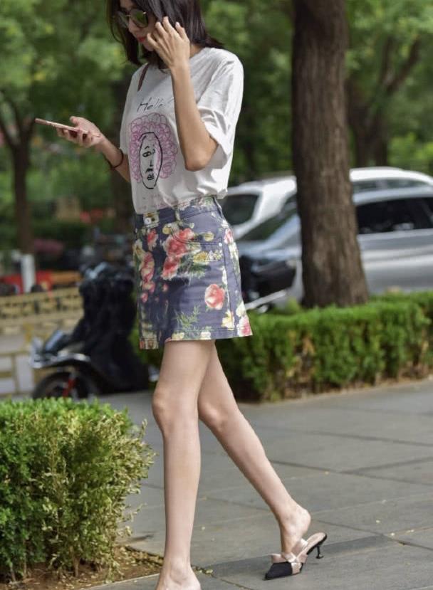 街拍:通勤简约的时尚穿搭,T恤+印花半身裙,青春美少女上线