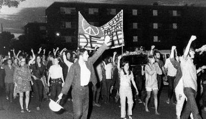 美国警察扫射无辜学生,法院:警察无罪!获百姓支持