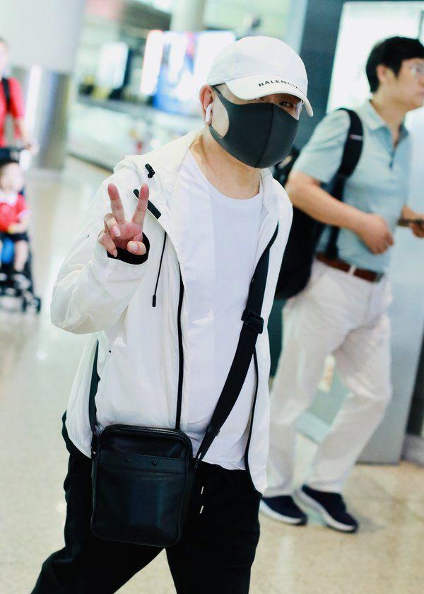 老顽童!潘长江口罩遮面很低调,被人认出对镜头大方比V超可爱