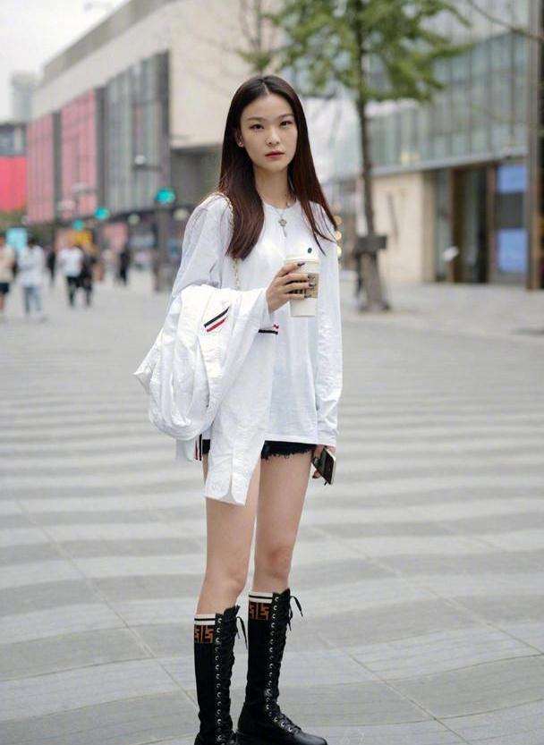 2020秋冬新潮混搭:短裤+长靴,时髦气质又高级,上身秒变腿