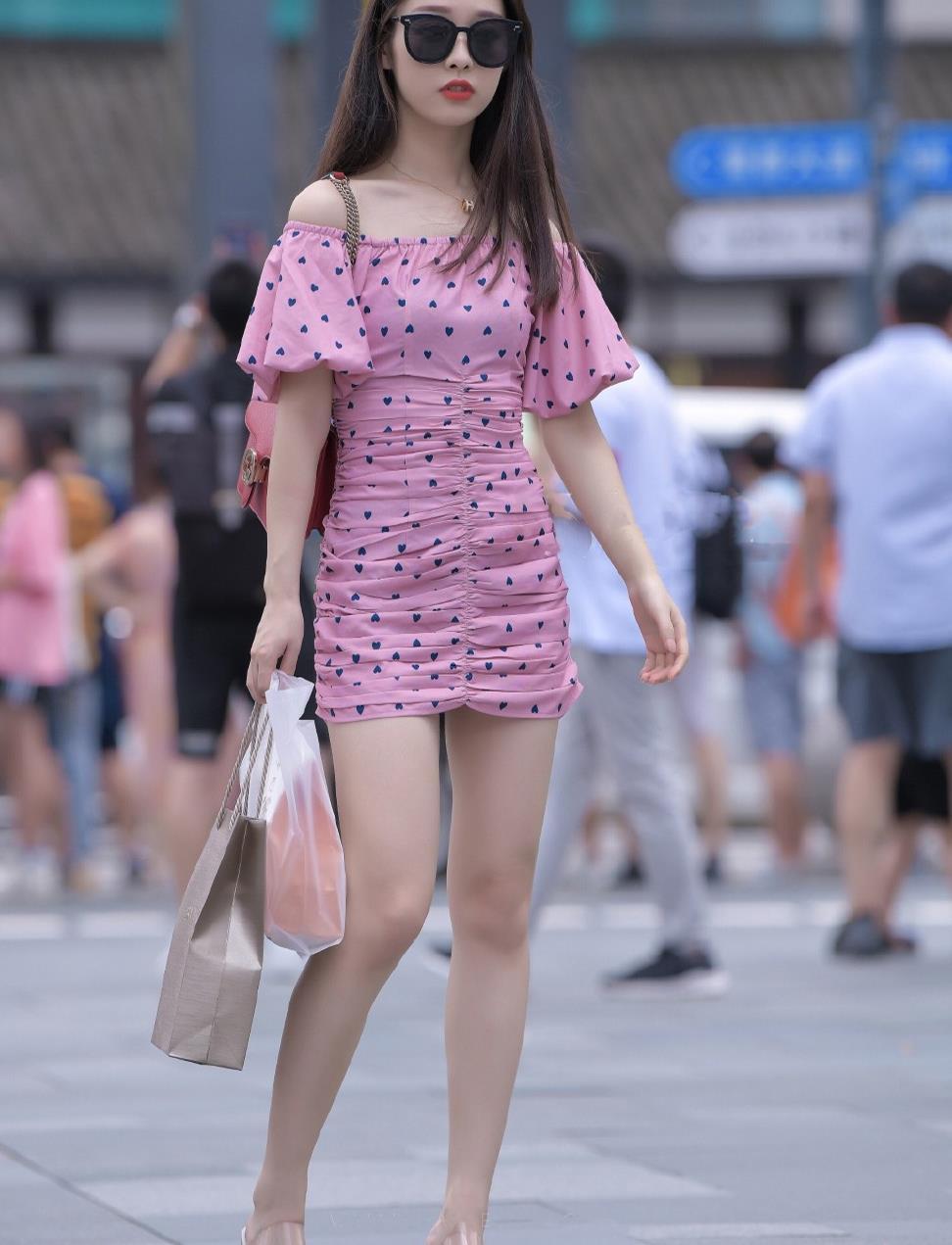 年轻女孩的穿搭秘籍,波点连衣短裙+凉鞋,简约清爽,时髦好看!