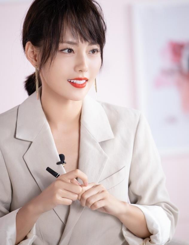 张嘉倪身穿一件浅灰色西装裙,时髦又高级