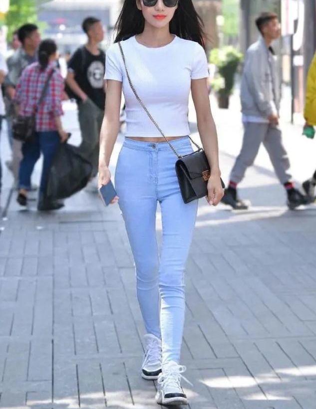 夏天选择白色T恤,清凉休闲又显气质,时尚女生都喜欢