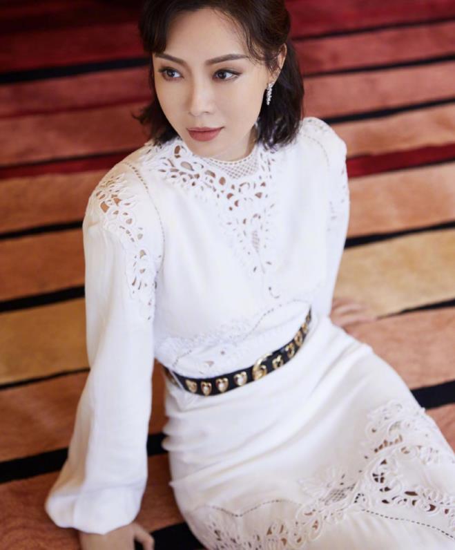 陈数穿搭真是优雅成熟女性的典范,穿白色蕾丝镂空裙,风姿绰约