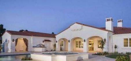 参观菲尔普斯的豪宅,家里像个小城堡,光游泳池就不止一个了