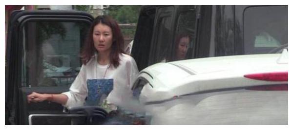 王宝强女友素颜现身,开男友豪车上班,全身穿着奢侈品牌服装