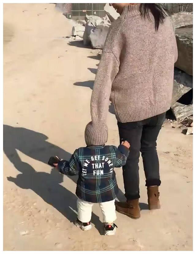 """""""最有创意妈妈""""火了,出门忘了给宝宝戴帽子,想的办法笑翻路人"""