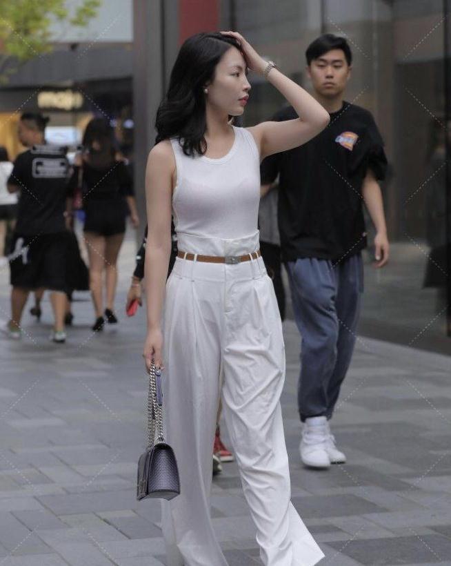时尚达人的穿搭方式就是特殊,紧身衣搭配高腰裤子,时髦的气质