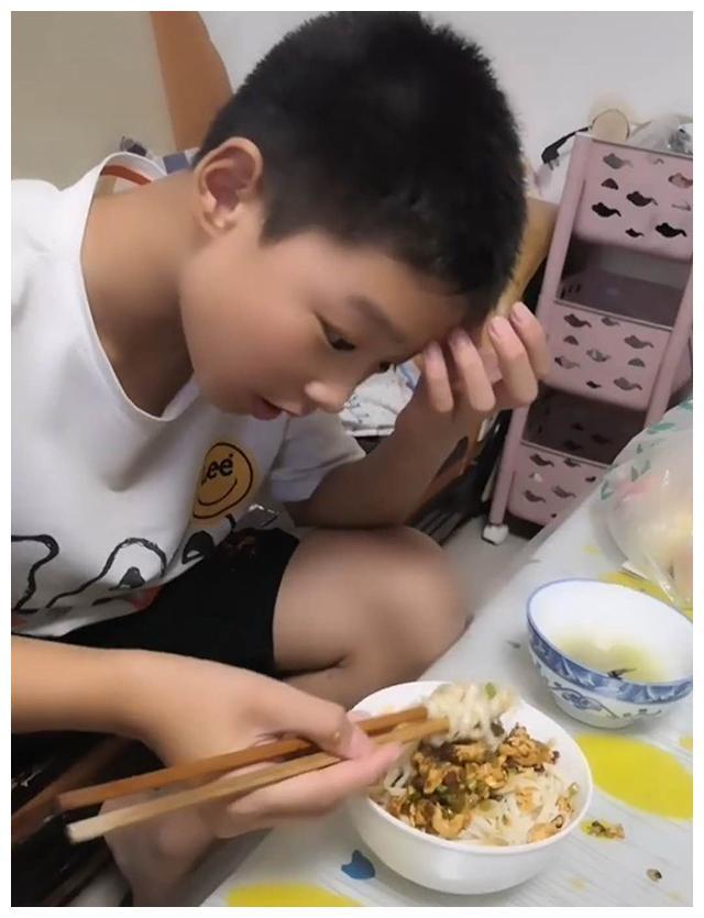 双胞胎兄弟饭量差距大,一个用碗吃,一个用盆吃,妈妈表示很纳闷
