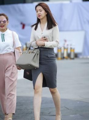 浅白色v领衬衣搭配灰色工装裙,简约搭配,彰显女强人气息