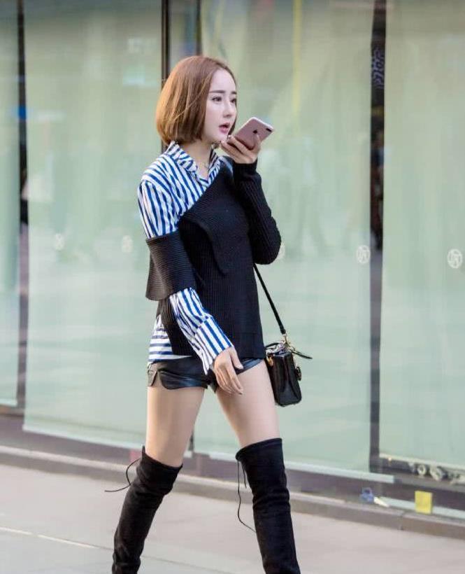 街拍:小姐姐条纹衬衫外搭斜边的毛衣,款式新颖的毛衣十分时尚