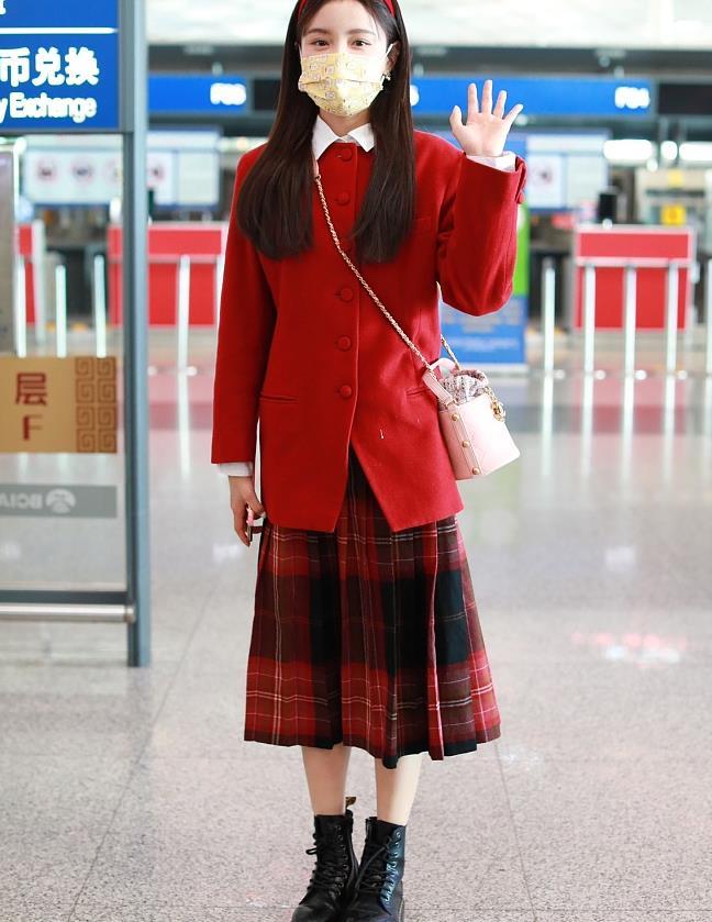 林小宅街拍:红色西装筒包 格纹半裙马丁靴俏皮可爱