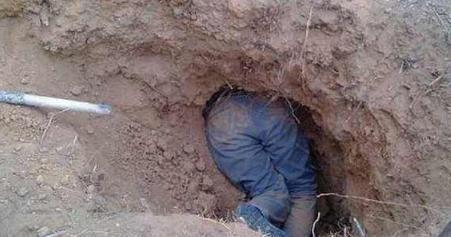 农民看见一个土洞,钻进去后,掏出的宝贝让他美滋滋