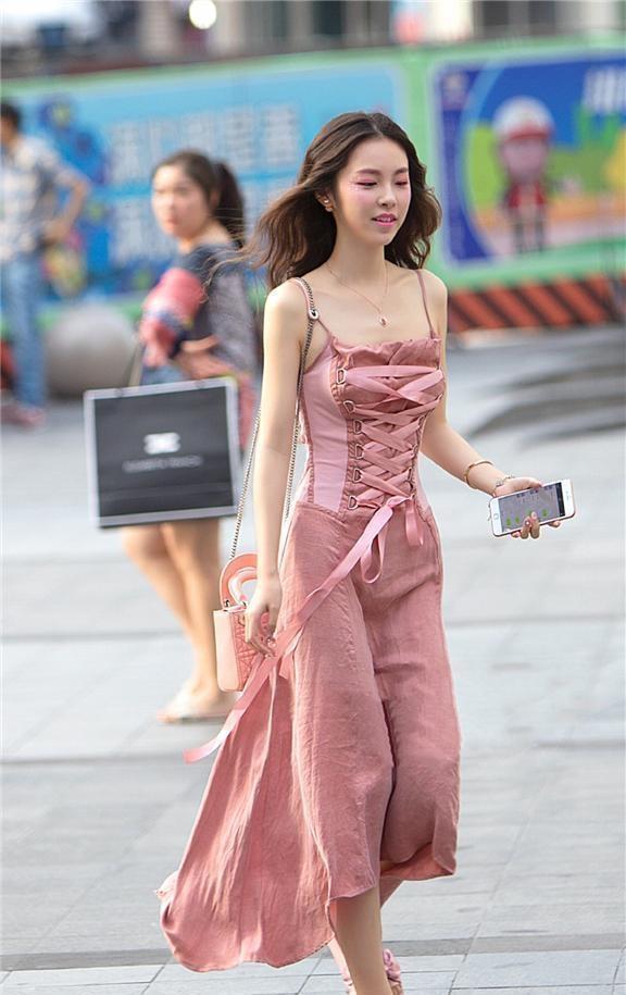 连衣裙用心穿搭,让个性完美表现出来,微胖穿也很美