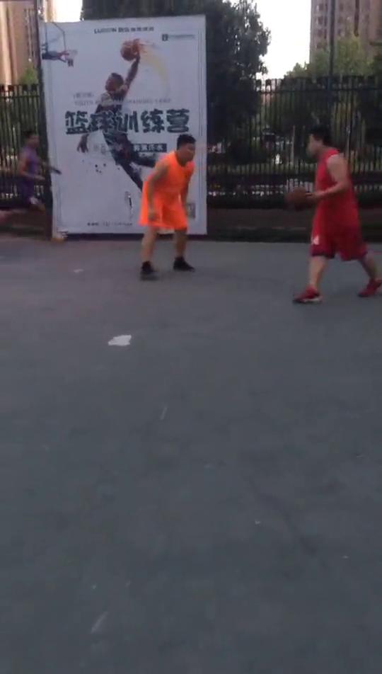 两个人竟然同时漏掉这球,哈哈哈