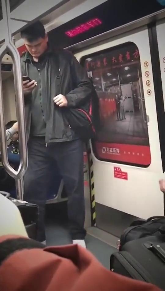 地铁偶遇姚明,这么高的身高,感觉地铁都小了好多