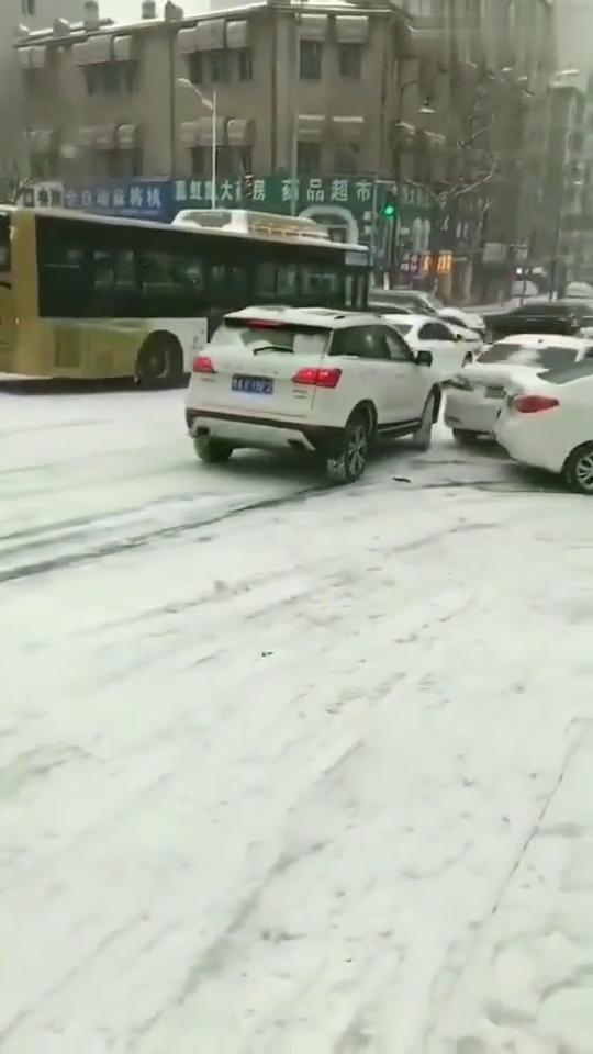 北方冬季开车注意事项,撞车不要撞豪车!
