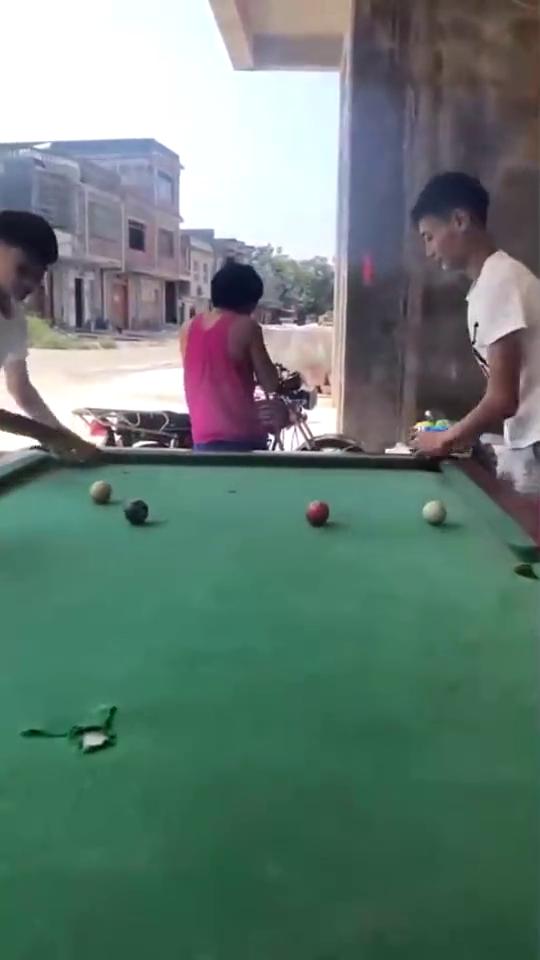和损友打球,只需要一杆下去,连白球都清空