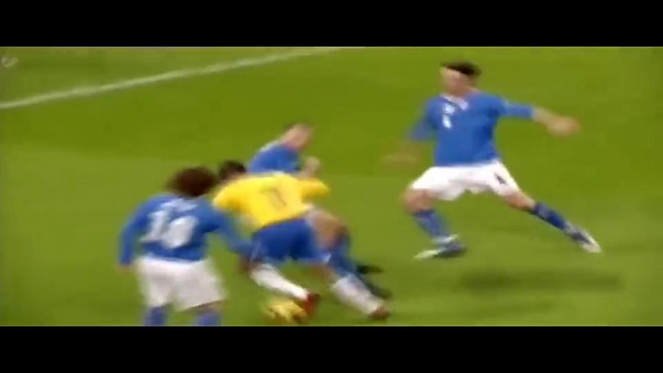 足坛能把人晃倒的巨星不多,罗比尼奥算是一个