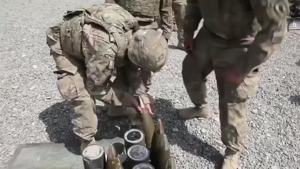 美军小山鸡加农炮炮身小但炮弹特别大打完弹壳被士兵粗暴扔掉