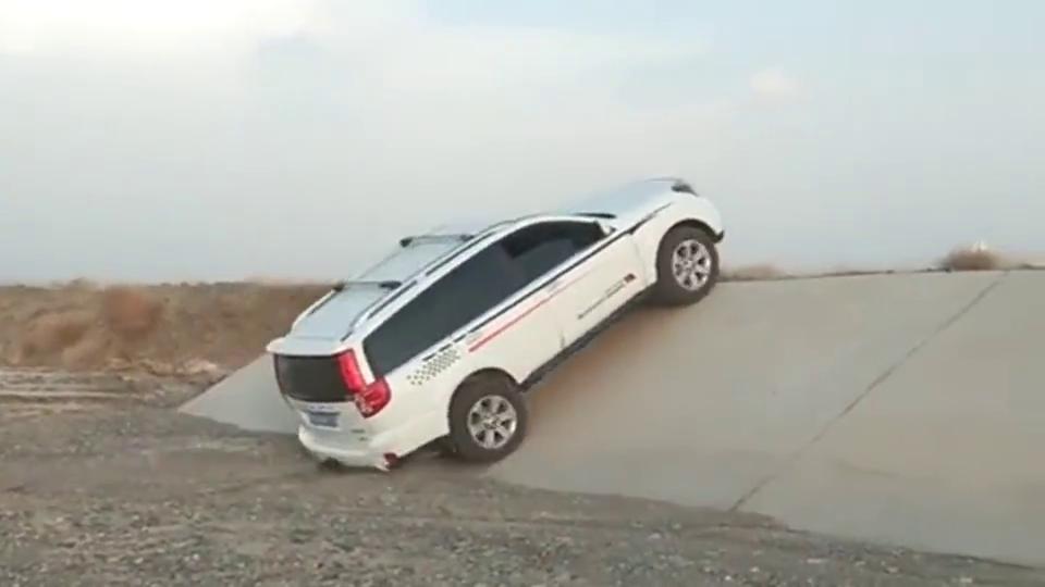 老司机真是作死,开着哈弗冲河堤,这下卡住不能动了吧!