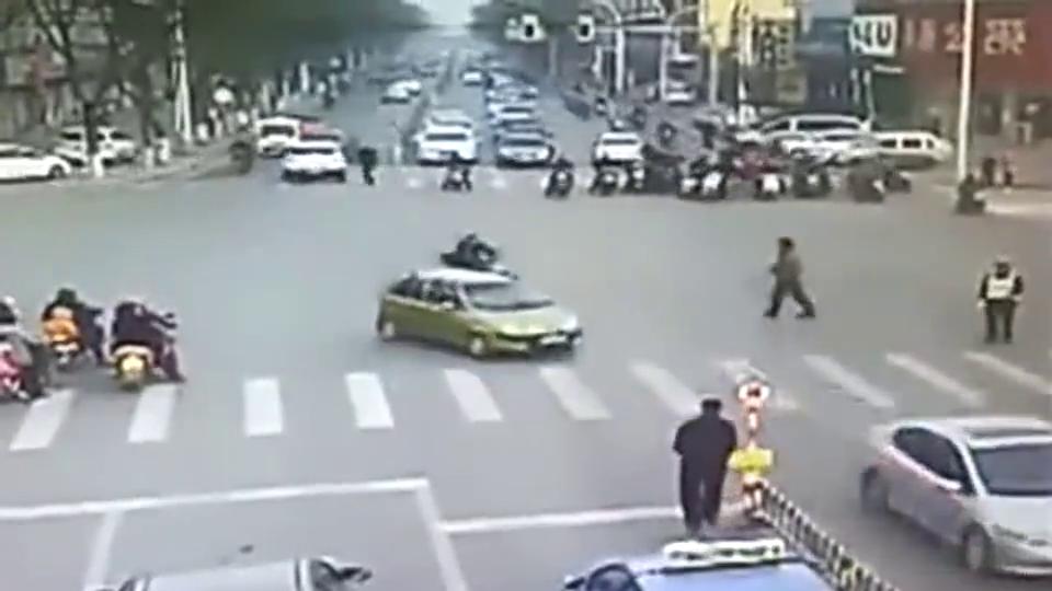 老人站在路中间,惨被无人驾驶的电车撞倒,监拍悲剧一刻