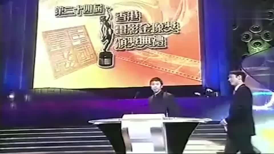 冯小刚和黎明一同颁奖,冯导调侃台下的周星驰,现场气氛升温
