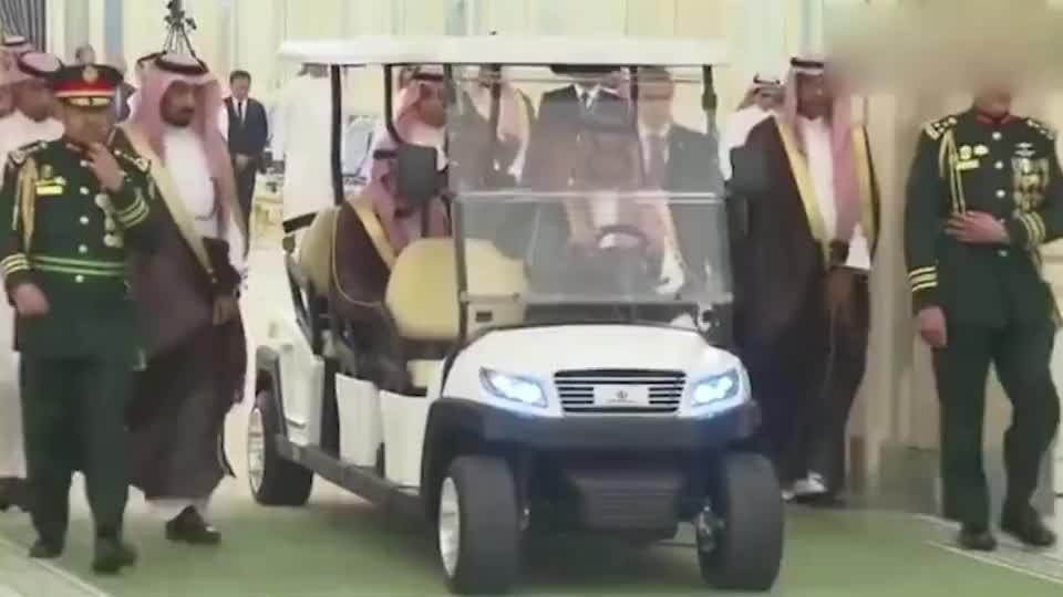 普京访问沙特,在王宫内和国王乘电瓶车出行,高端待遇!