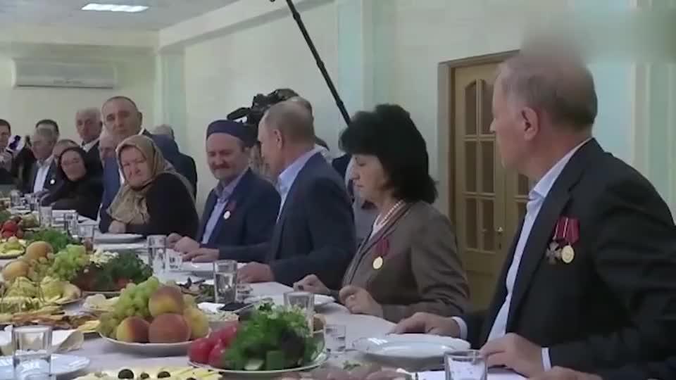 """普京举起酒杯一口干,不愧是""""战斗民族""""总统!"""