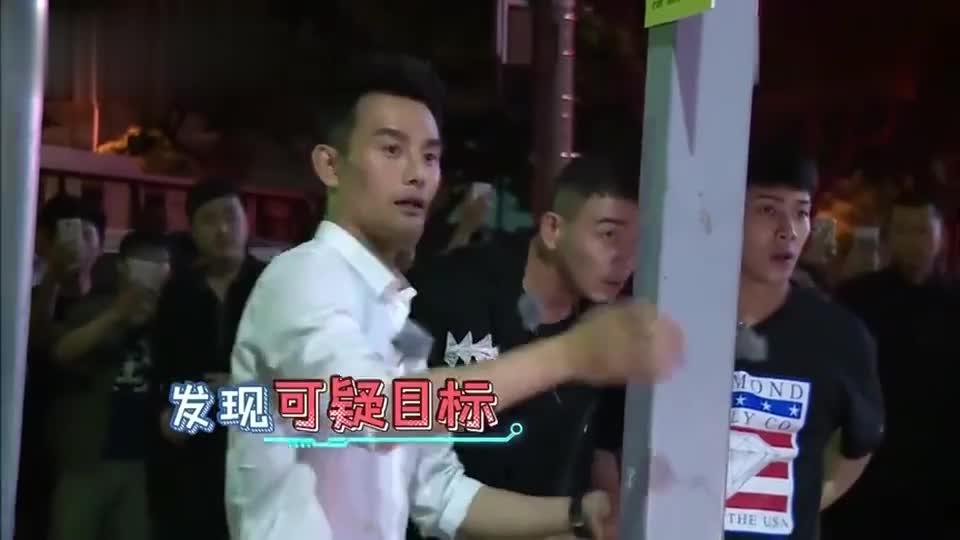 杨烁王嘉尔王凯被保安拦住,杨烁想刷脸结果对方并不认识,好尴尬