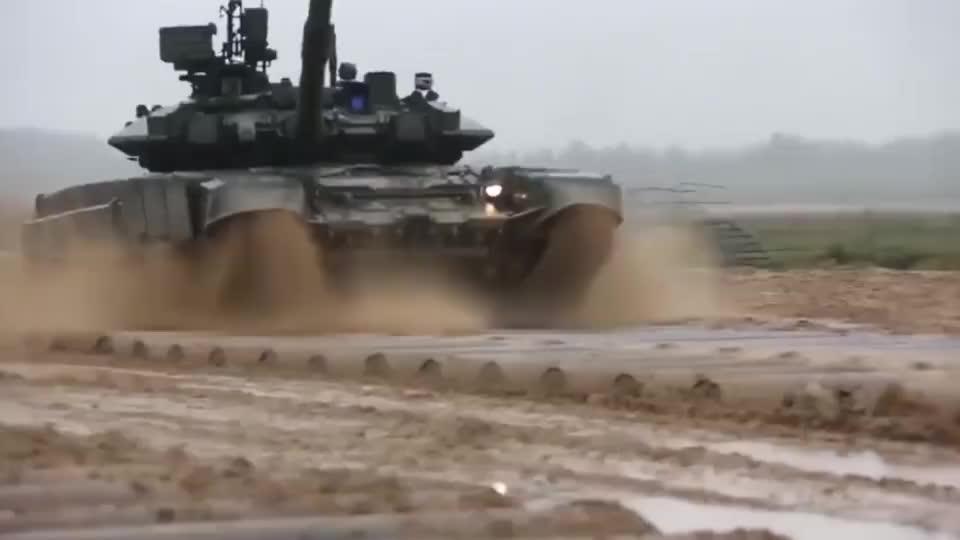 俄军T-90主战坦克开炮,这火力跟我们99式差远了!