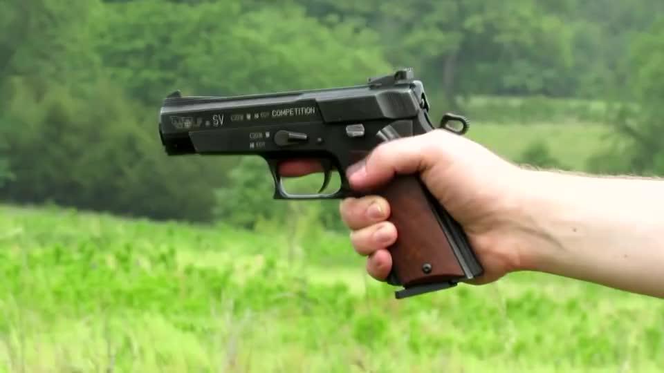 户外测试奥地利半自动手枪,采用9mm口径弹药,射击声也很独特!