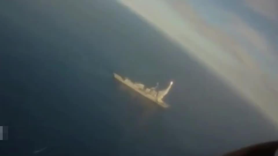 美军FA-18大黄蜂战机全程伴飞战斧巡航导弹,直到它击中靶船!