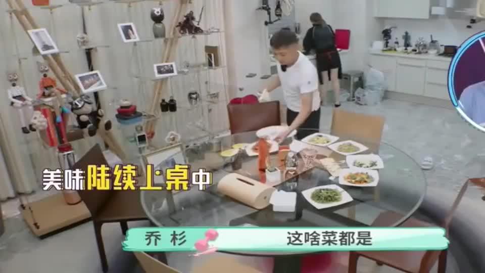 哥哥做十个菜给张天爱吃,张天爱一口锅包肉下去太香了,真幸福