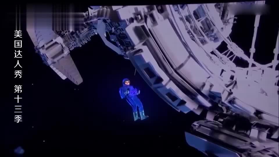 美国达人秀:小伙身穿太空服,在台上开始太空漫步,评委都看傻了