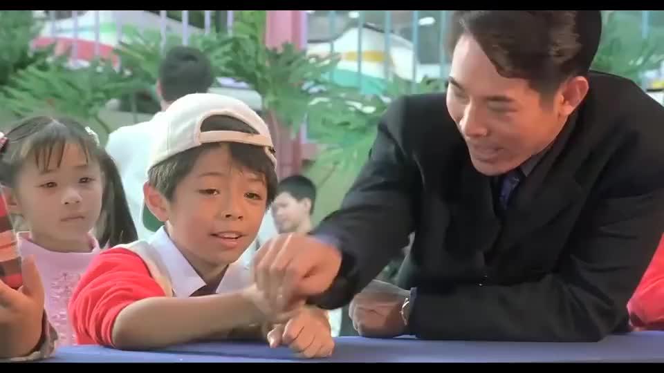 李连杰成为儿童乐园孩子王,帮孩子丢硬币,一丢一个准啊