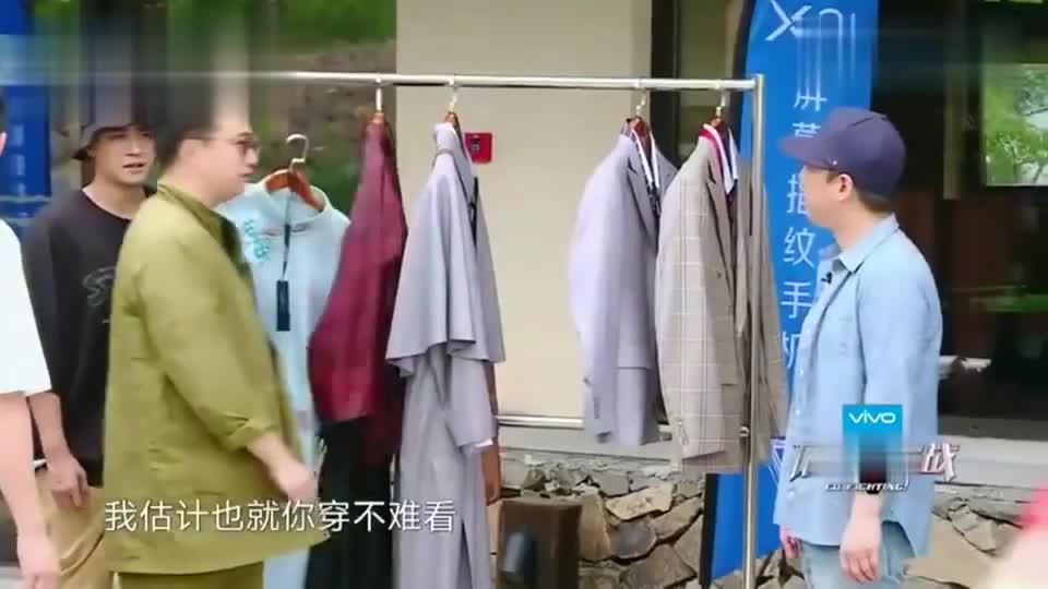 张艺兴完美hold住飘逸长衫,黄渤穿上却被嘲笑像窗帘身高是个硬伤