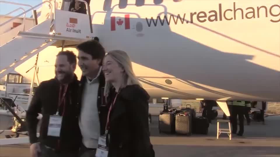 特鲁多总理坐专机抵达蒙特利尔,与好友亲密合影,看样子很有活力