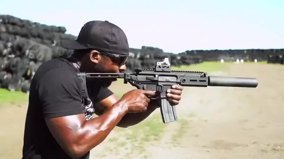 黑肤色壮汉靶场实测:SIGMCX卡宾枪,还配备了消音器