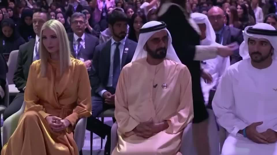 伊万卡出访迪拜时,一身金色长裙亮相,给人一种大家闺秀的感觉!